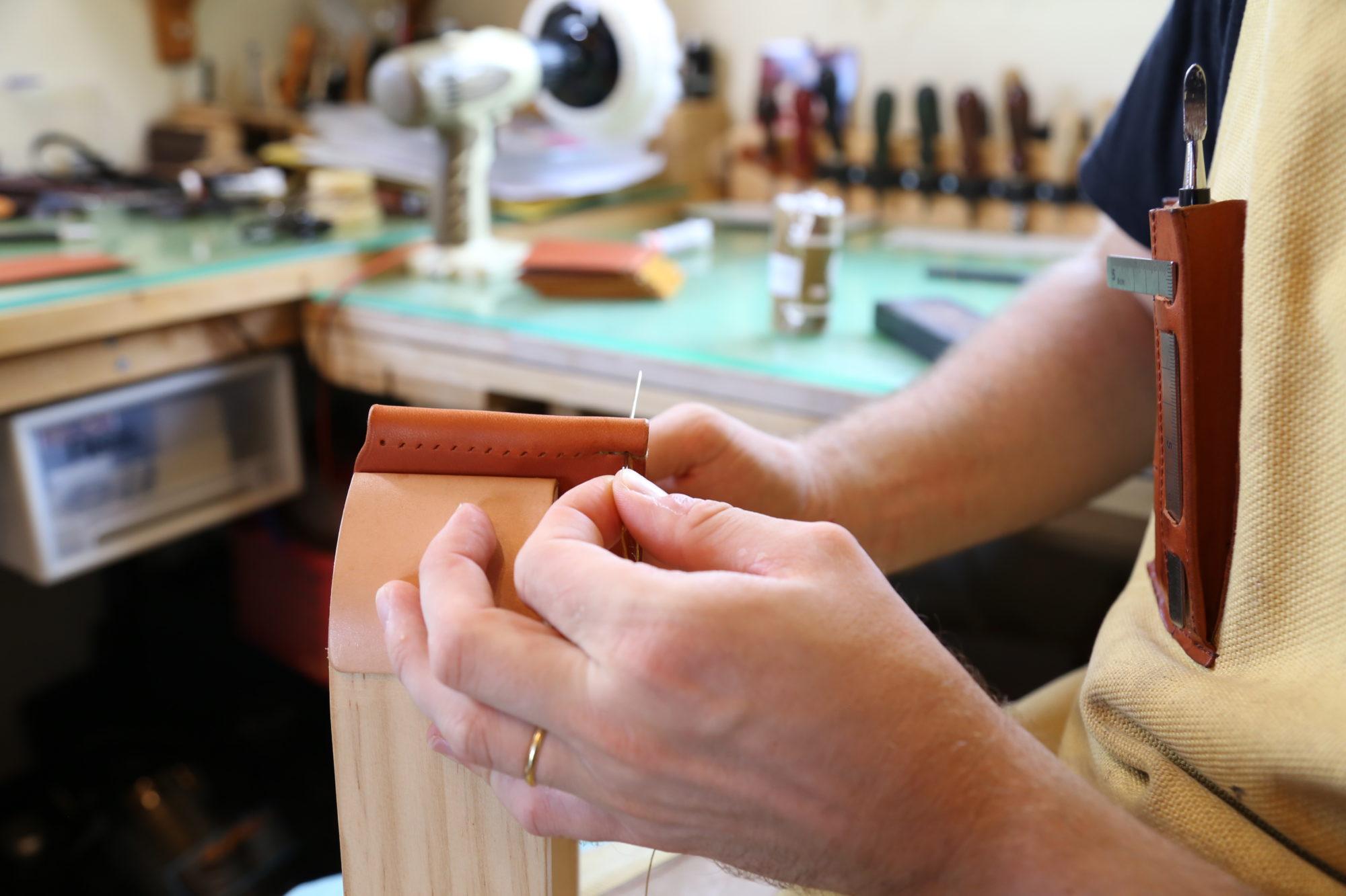 手縫いでつくる革財布